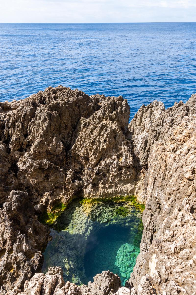 Water gevangen tussen de rotsen