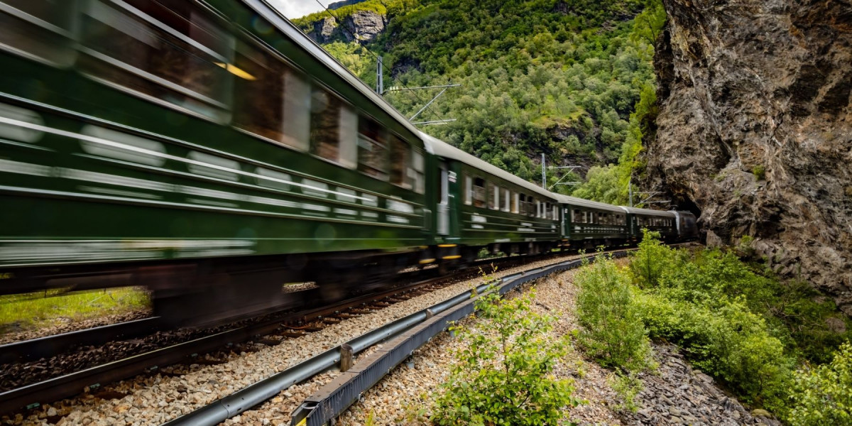 De variëteit van de Noorse natuur wordt helemaal duidelijk op de korte treinrit die start aan de Aurlandsfjord.