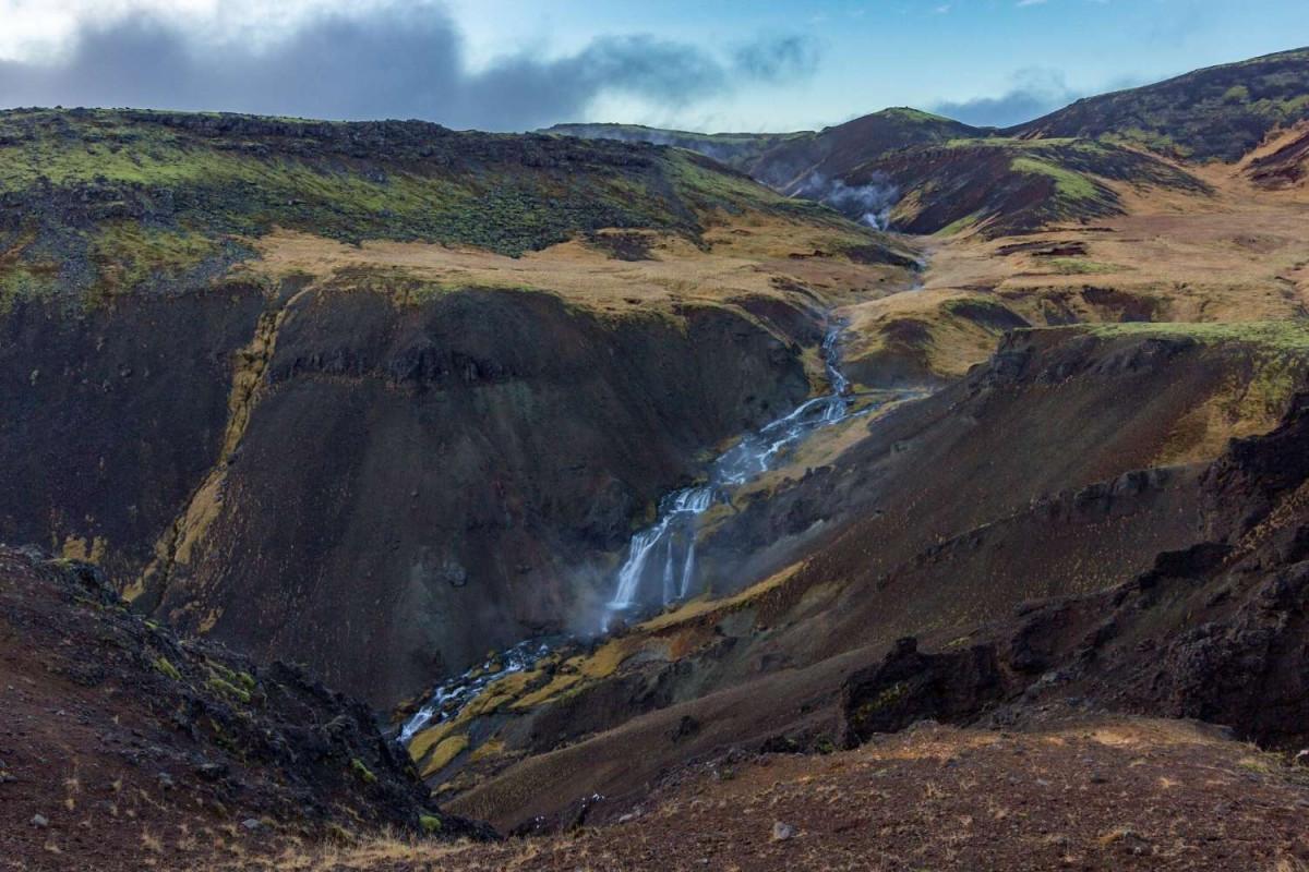 De warmwaterrivier slingert door het landschap