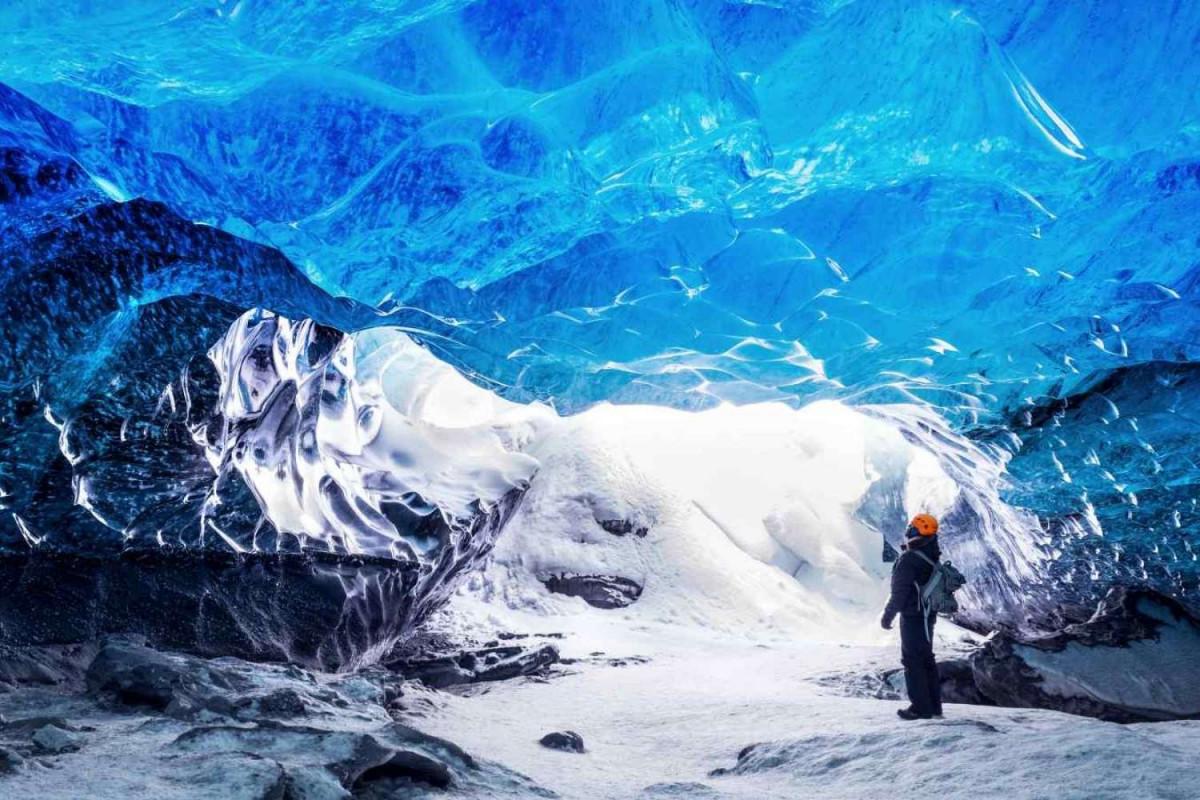 Een knalblauwe ijsgrot bij de Vatnajökullgletsjer