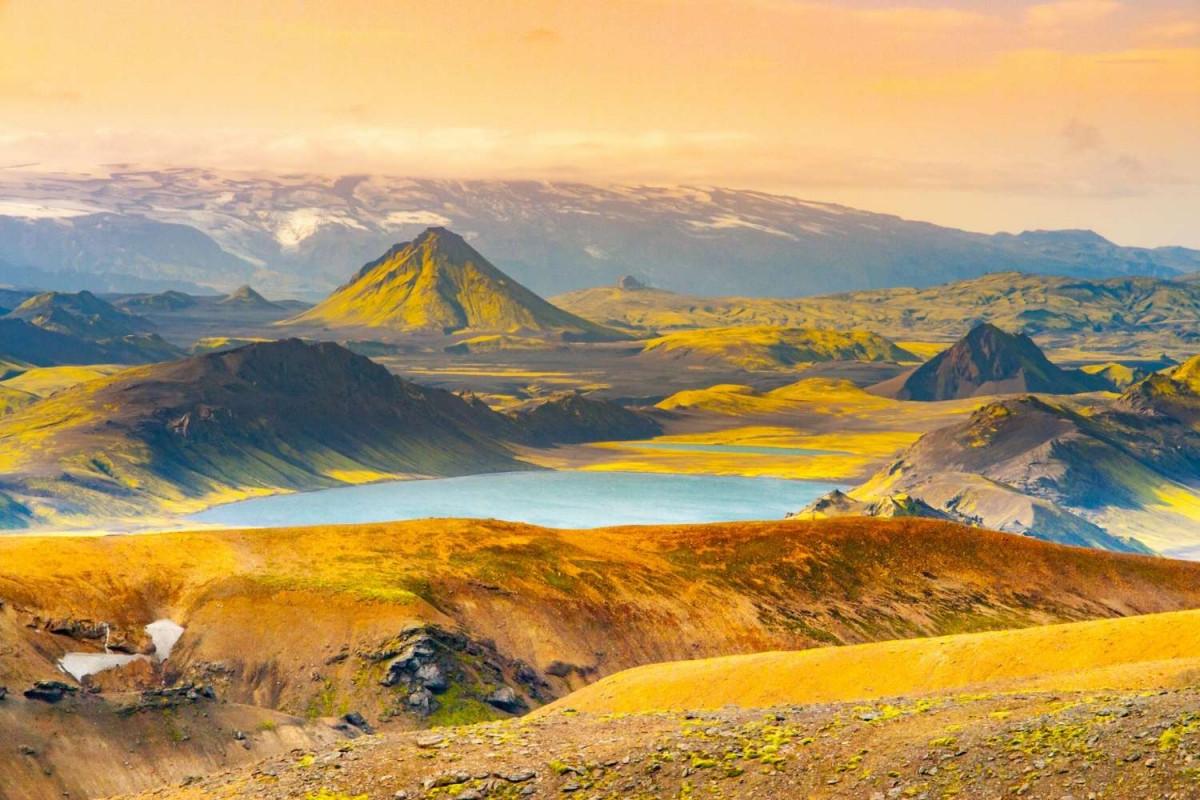 Het prachtige landschap met bergen en meren op de Laugavegur Trail