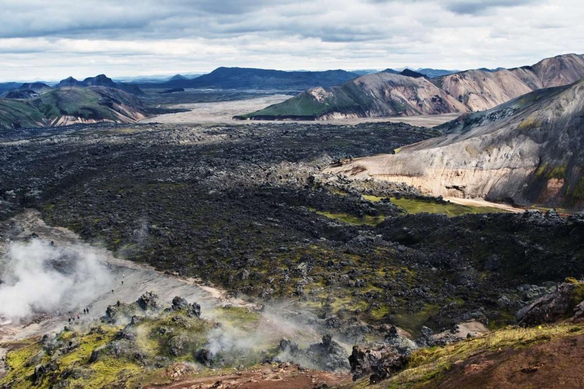 Uitgestrekte lavavelden en bergen op de Laugavegur Trail