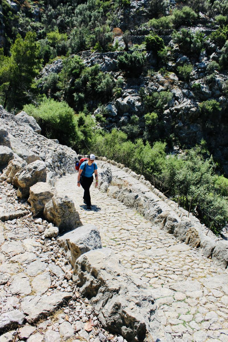 De typerende paden op de GR221. Foto: Pauline van der Waal