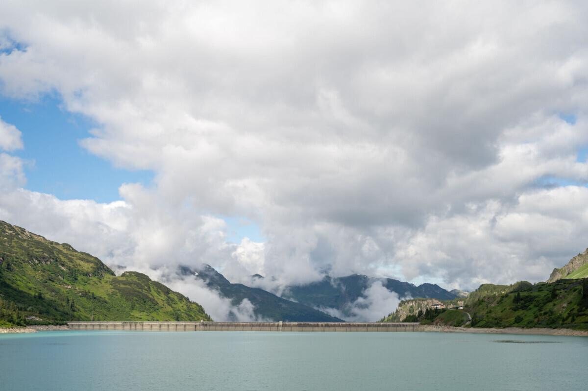Wolken bergen water