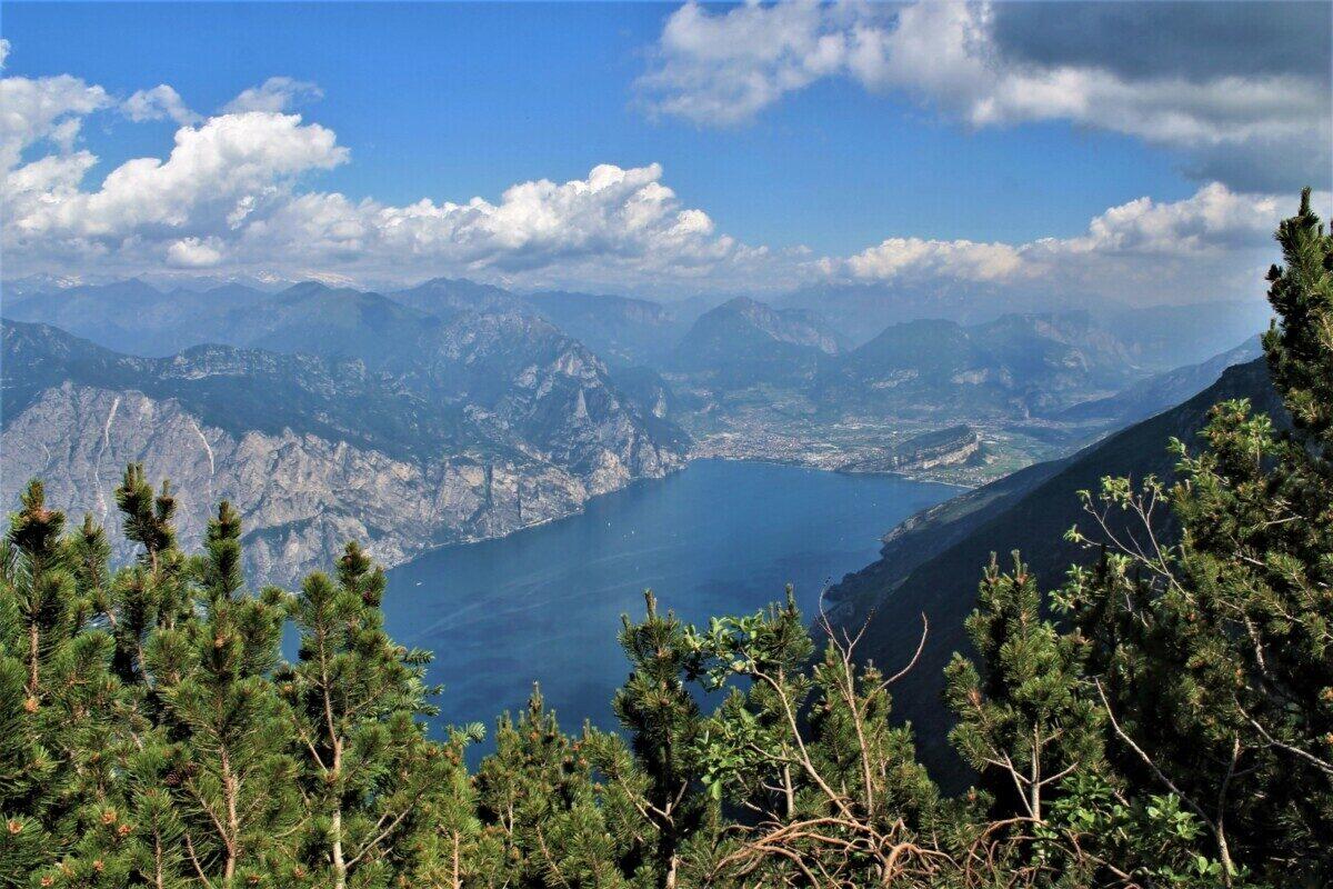 Het uitzicht op het Gardameer vanaf de Sentiero del Ventrar