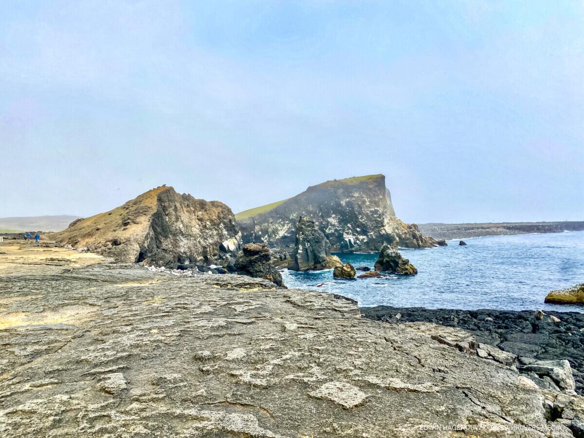 Ruige rotsen langs de zuidwestkust. Foto: Edwin Hagenouw