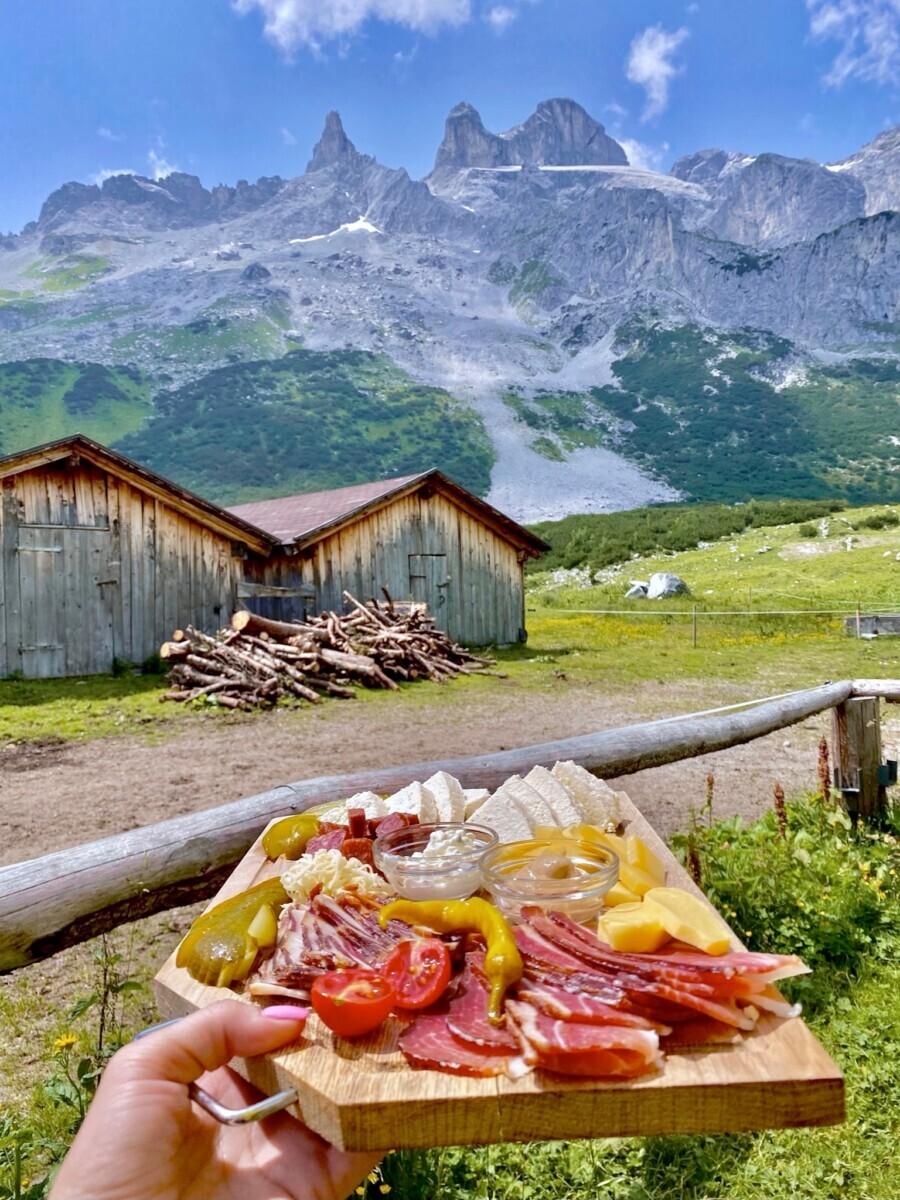 Lunchen bij de Lindauer Hütte. Foto: Maaike Somers