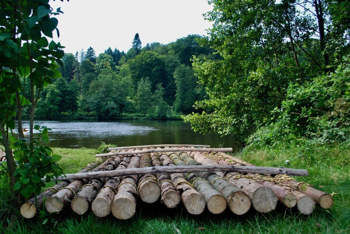 Een ouderwets vlot, zoals mensen eeuwenlang gebruikten om hout te transporteren vanuit het Saarland