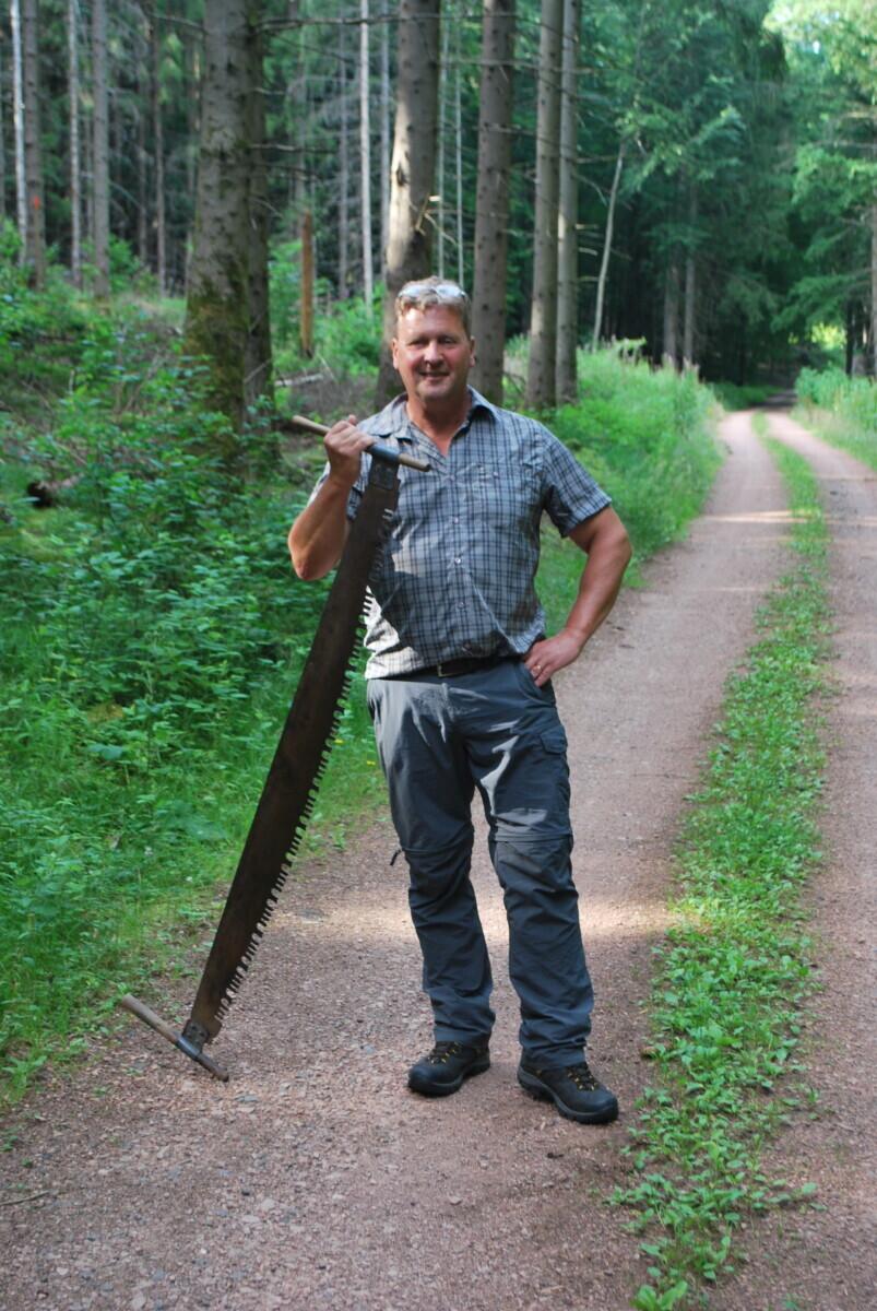 Gids Helmut vertelt ons alles over de vlottengeschiedenis van het Saarland. Hier staat hij met een grote, oude zaag in zijn hand.