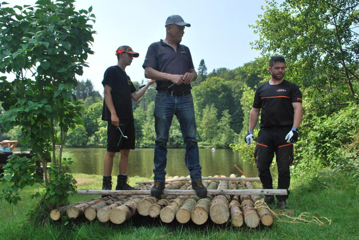 Een aantal sterke mannen staat op het vlot. Zij hebben ons geholpen bij de bouw.