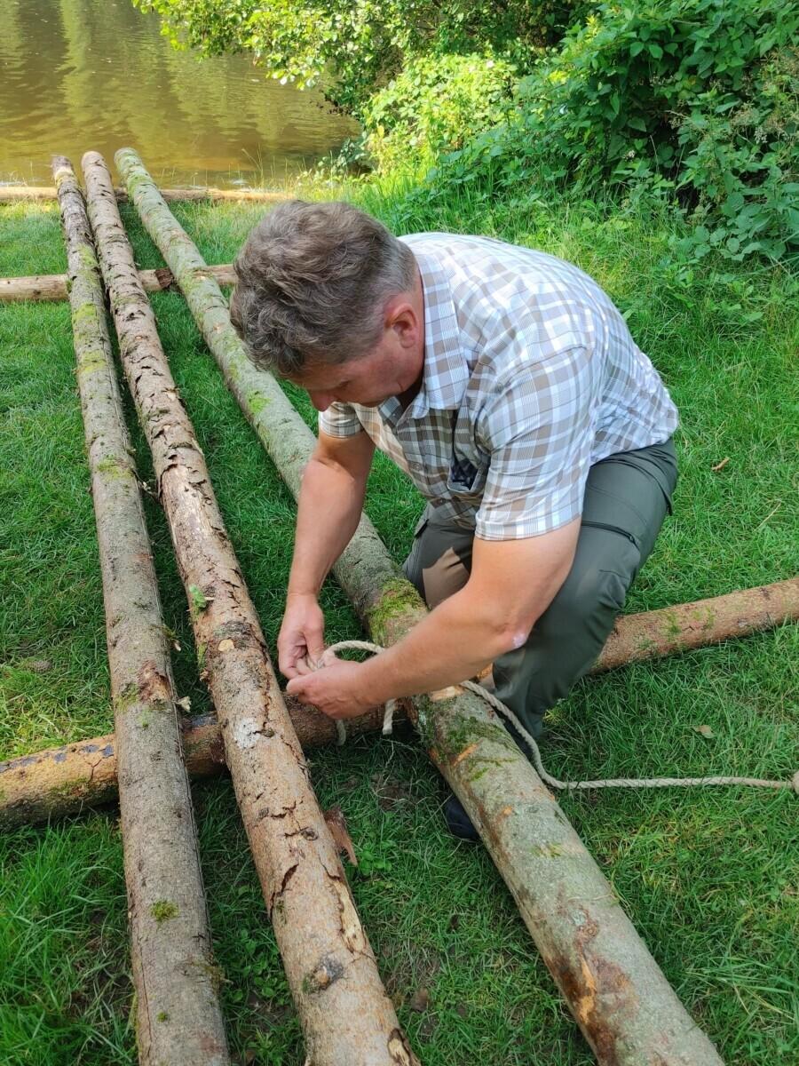Helmut knoopt het eerste touw voor ons vlot: de Saarlandia.