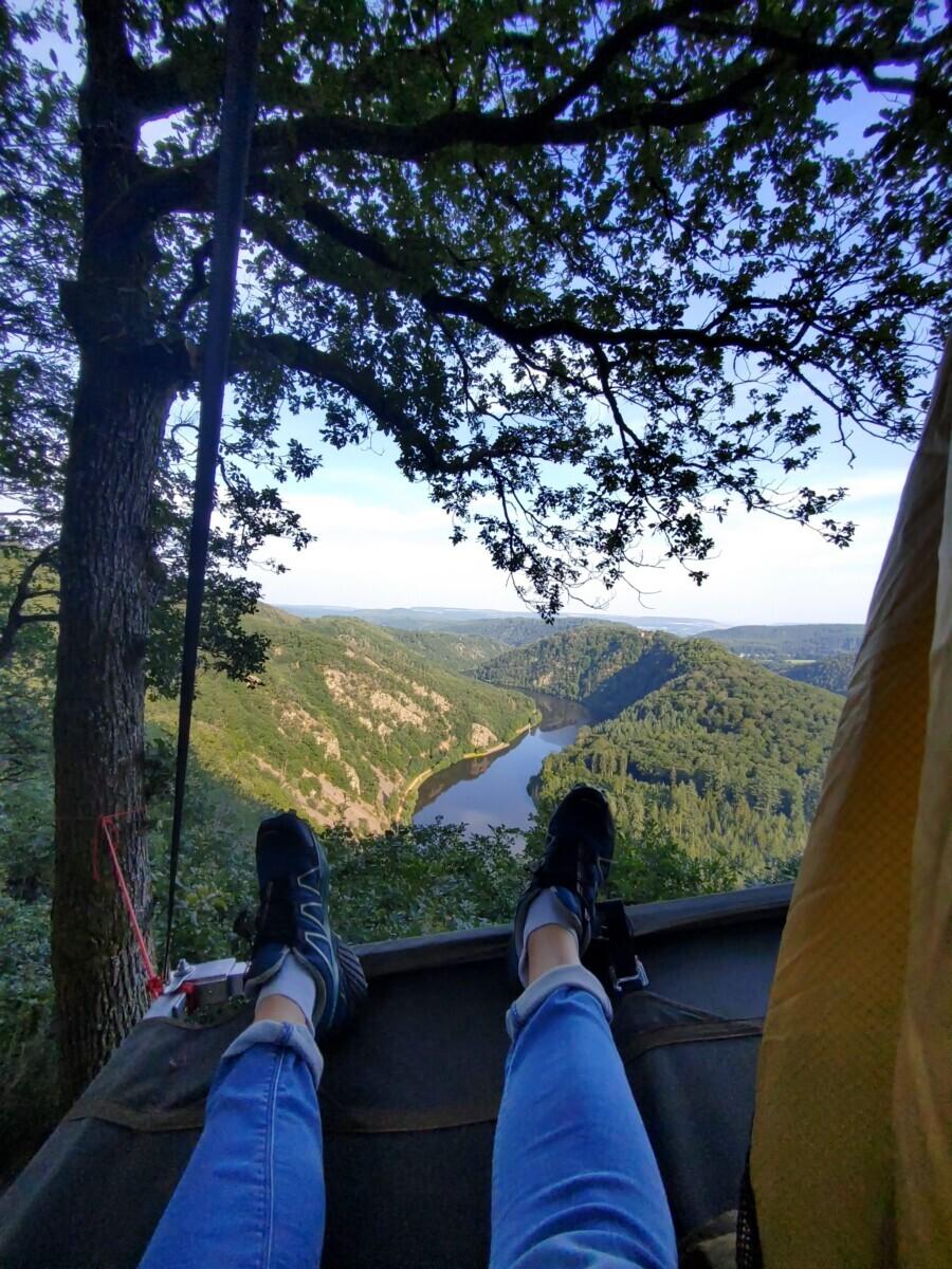 2 voeten en uitzicht op de Saar vanuit de tent. Saarland.