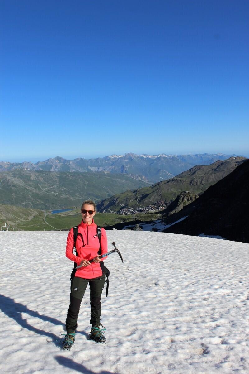 Het eerste stukje klimmen zit erop. Op de achtergrond zie je Val Thorens liggen. Foto: Pauline van der Waal