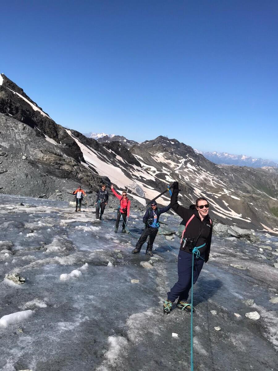 We staan op de gletsjer! Hier is het alleen maar ijs, dus we lopen met onze stijgijzers. Foto: Sannerien van Aerts