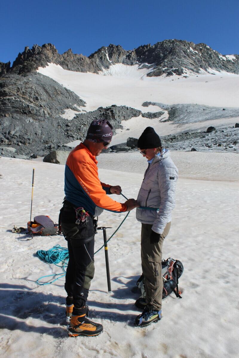 Voor de veiligheid worden we met touwen aan elkaar gezekerd. Als er dan iemand in een gletsjerspleet valt, houden de anderen je tegen. Foto: Pauline van der Waal