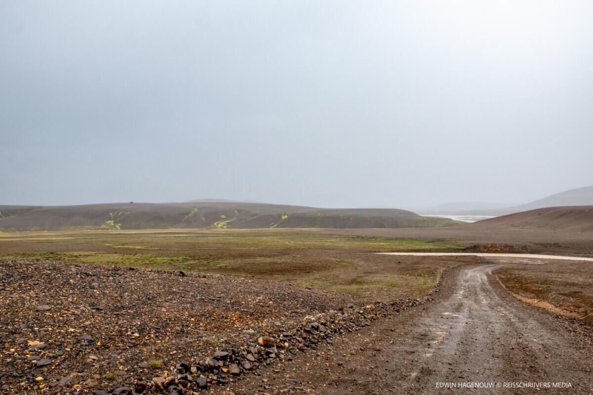 Over natte wegen naar het noorden. Foto: Edwin Hagenouw