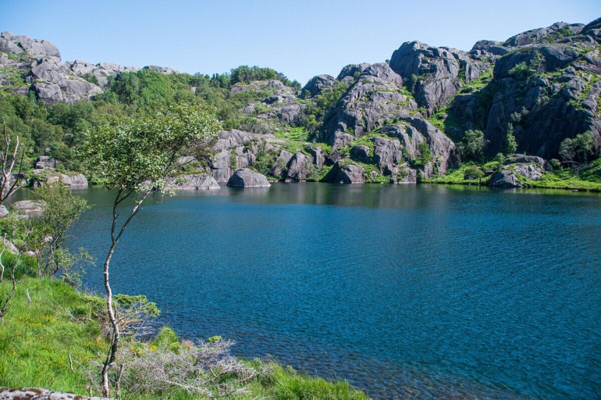 Een blauw bergmeer met rotsen