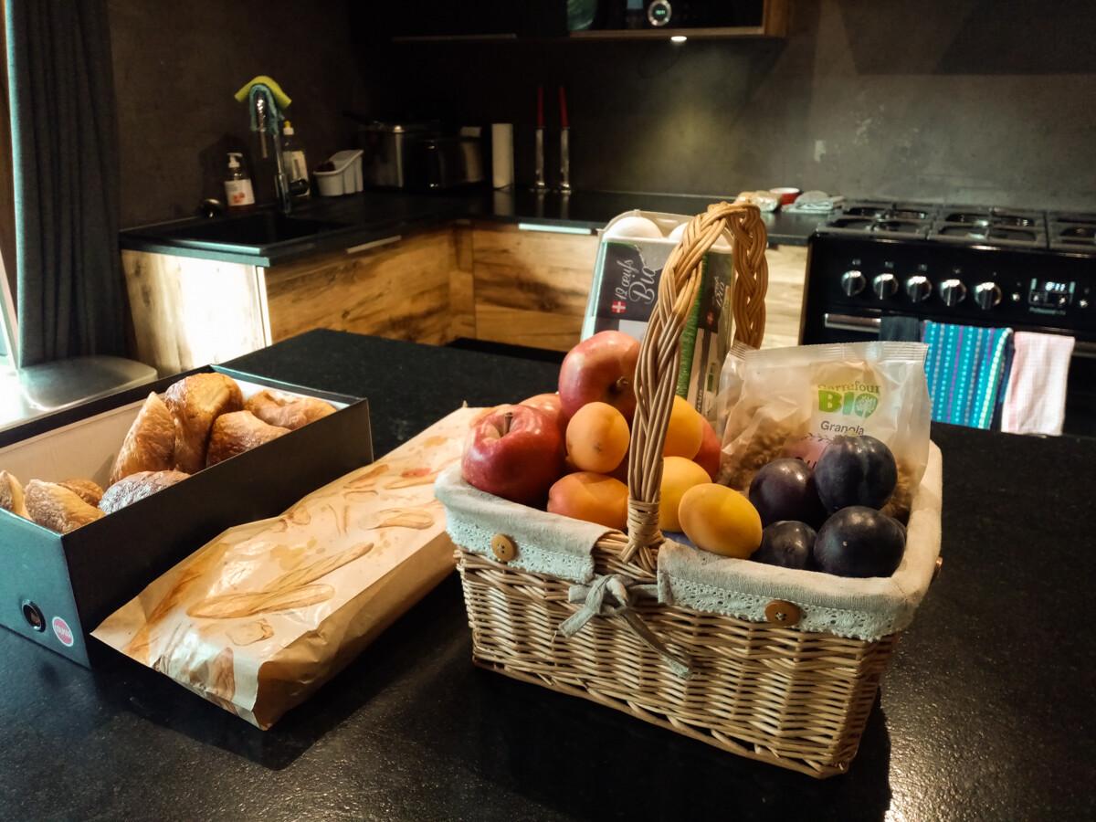 Mand met fruit en pastries