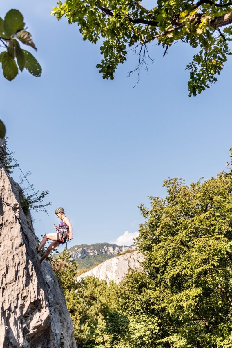 Hangend aan de rots