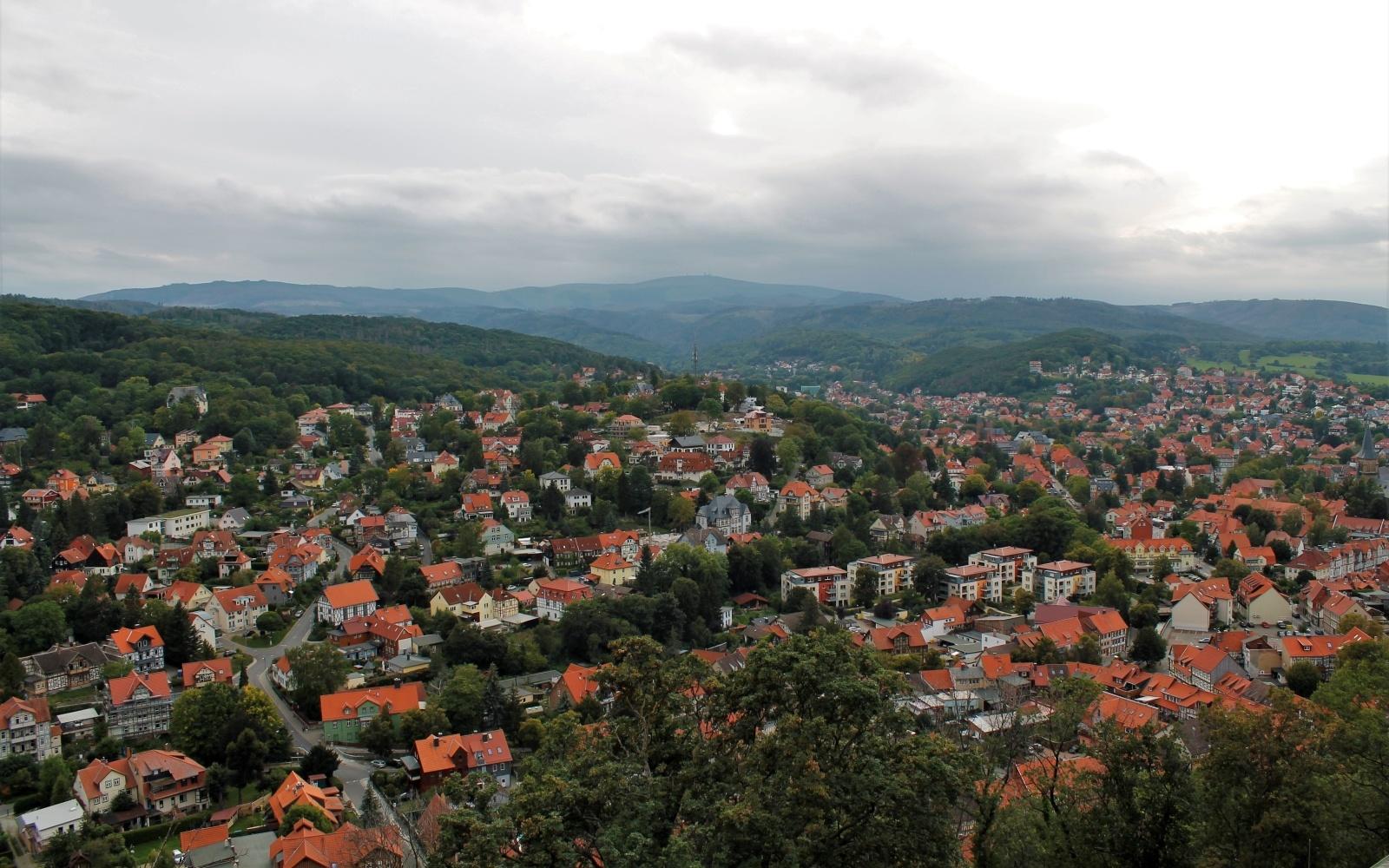 Het uitzicht over Wernigerode en de Harz